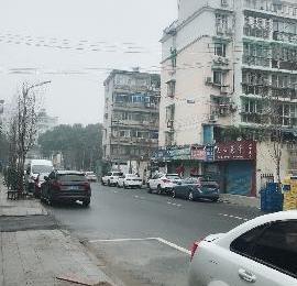 青山街单层门面,净2200/月,迎街门面