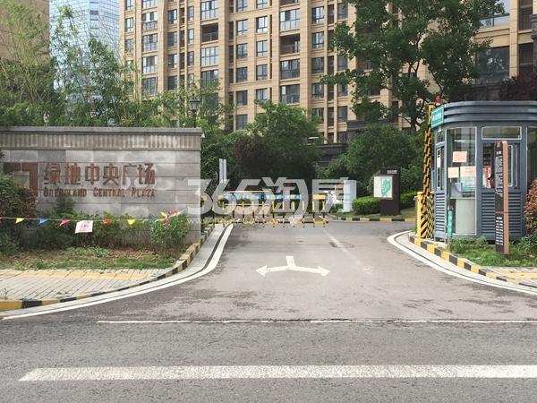 绿地中央广场 小区南门 201805