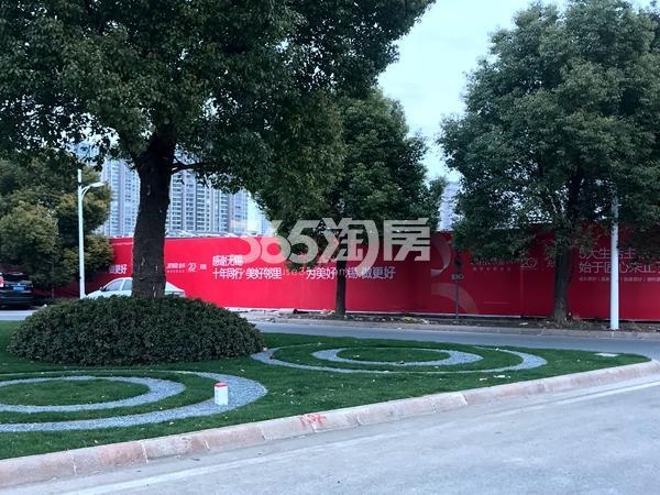 蠡湖一号二期地块围挡实景(2018.2摄)