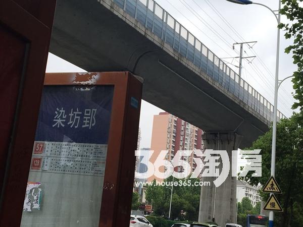 华邦观筑里染坊郢公交站台实景图(2018.6.4)