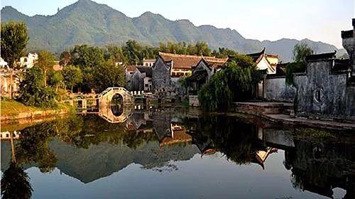 呈坎位于安徽黄山风景区南麓,整个村落依山傍水,形成三街,九十九巷