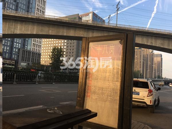 中辰优唐广场项目旁的十八岗公交站台(2017.12.5)