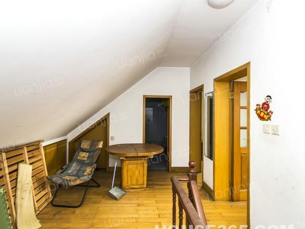 顶楼带阁楼 四个卧室朝南 采光充足 有钥匙