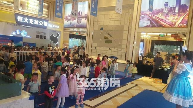 恒大水晶国际广场在售楼部内举办五一活动(2018.5.2)