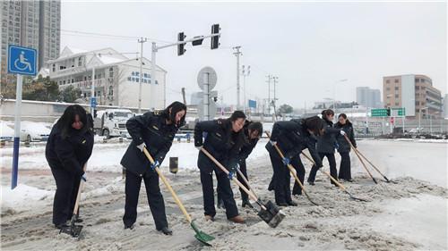 时时彩app源码:风雪中的铿锵玫瑰_蜀山女城管铲雪除冰不让须眉