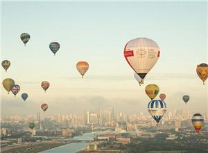伦敦机场周年庆放飞27只热气球