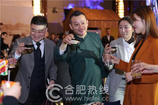 酒店总经理冯吉先生向来宾敬酒