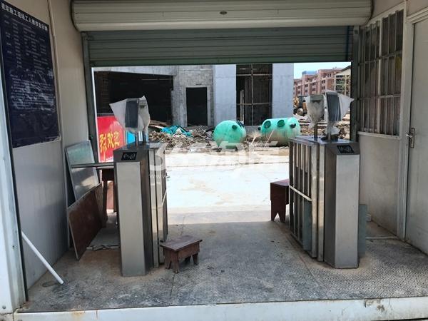 栖霞东方天郡工地入口实景图(2019.8.27 摄)
