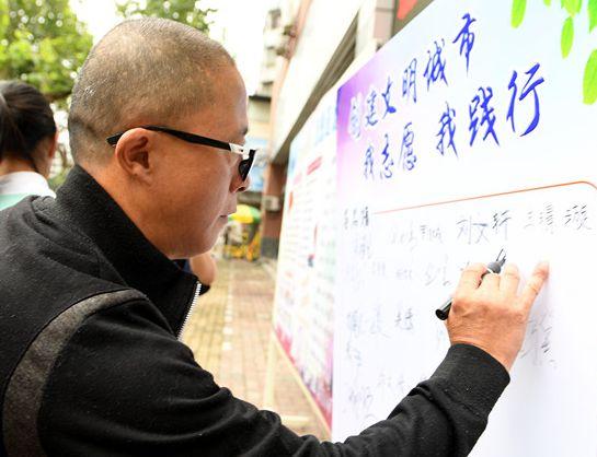 滁州路小学师生共同助力文明城市创建【组图】