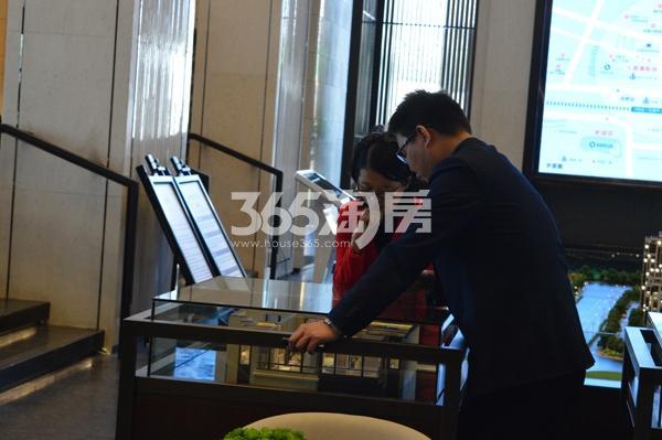 绿都地产少荃府售楼部内客户讨论户型(11.23)