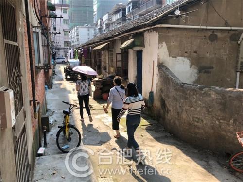 """方田教育""""比心助学计划""""小组在走访贫困家庭"""