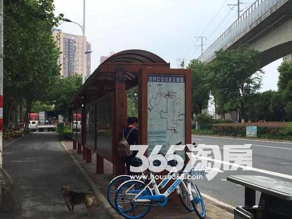 华邦观筑里边上公交站台实景图(2018.6.4)