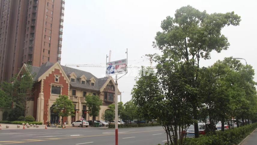 滨湖金茂悦周边公交车站实景图(2018.6.19)