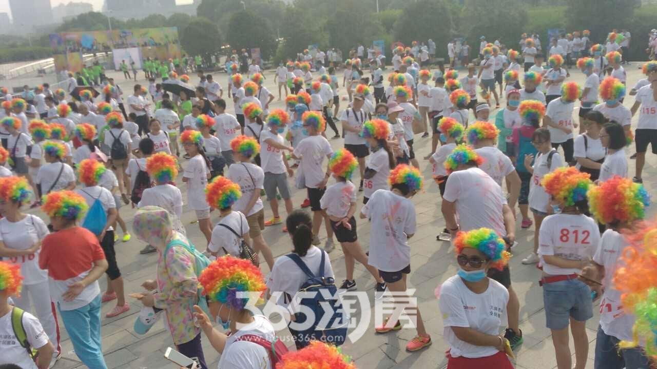 绿都地产杯5.6KM夏季环湖跑活动热身实景图(2017.8)