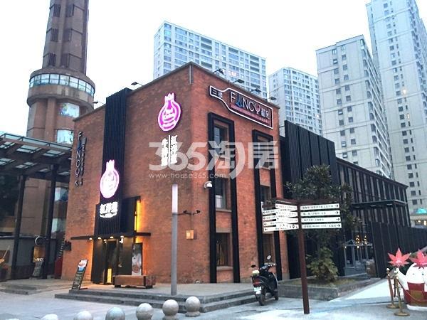 绿地西水东中央生活区商业街实景图(2017.12 摄)