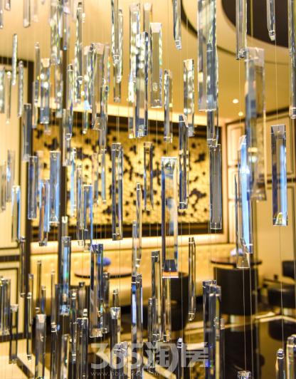 (大堂行政酒廊入口处的水晶艺术装饰折射出璀璨光泽  365淘房  资讯中心)