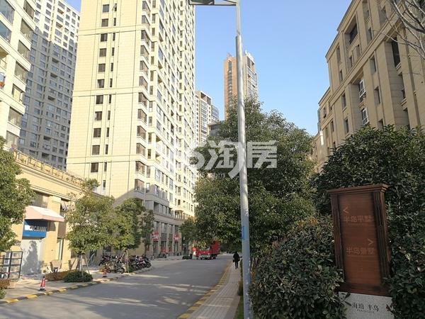 绿地西水东中央生活区已交付小区实景图(2018.3 摄)